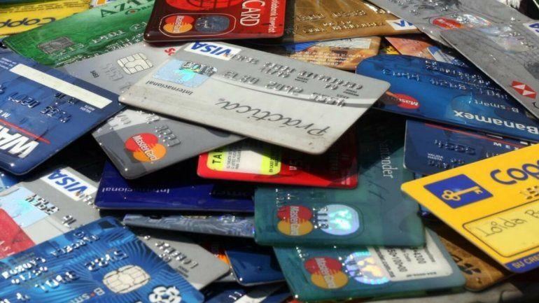 Foto ilustrativa: Numerosas tarjetas de débito