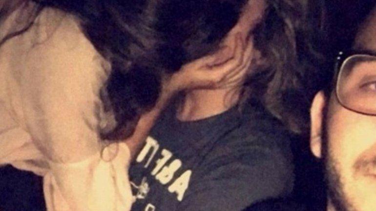 Encontró a su novia con otro chico y se sacó una selfie con los dos