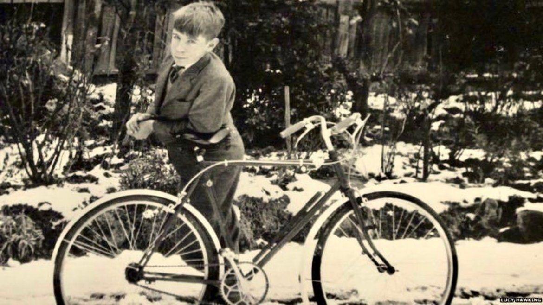 Hawking cuando era un niño con su bicicleta