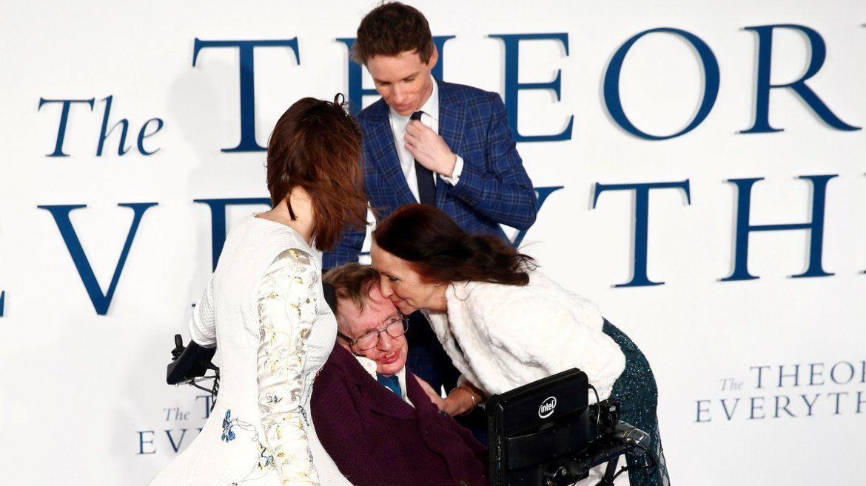 Jane Wilde Hawking besa a su ex marido Stephen Hawking cuando llega al estreno en Reino Unido de la película The Theory of Everything