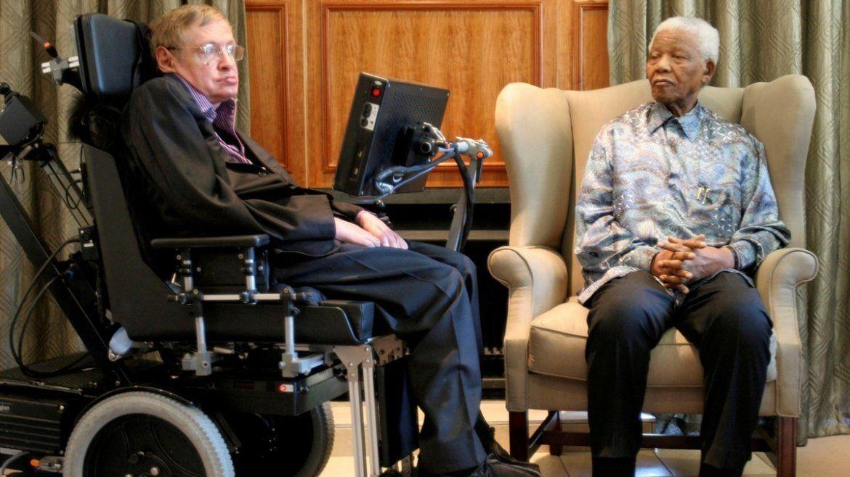 El ex presidente sudafricano Nelson Mandela junto a Stephen Hawking en la oficina de la Fundación Mandela en Johannesburgo