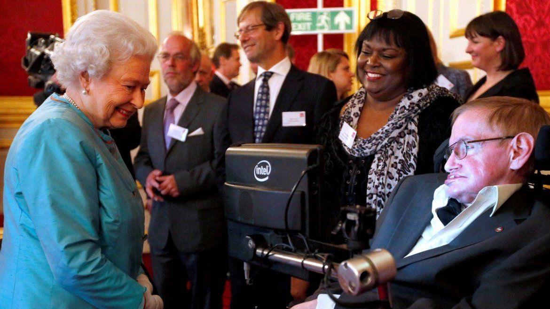 La reina Isabel II de Inglaterra se encuentra con Stephen Hawking durante una recepción para la organización benéfica Discapacidad Leonard Cheshire en el Palacio de St James en Londres