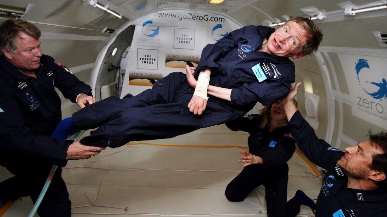 Hawkingexperimentó la gravedad cero durante un vuelo sobre el Océano Atlántico.
