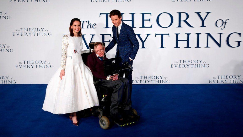 Los actores británicos Felicity Jones y Eddie Redmayne posan el 9 de diciembre de 2014 en Londres con Stephen Hawking