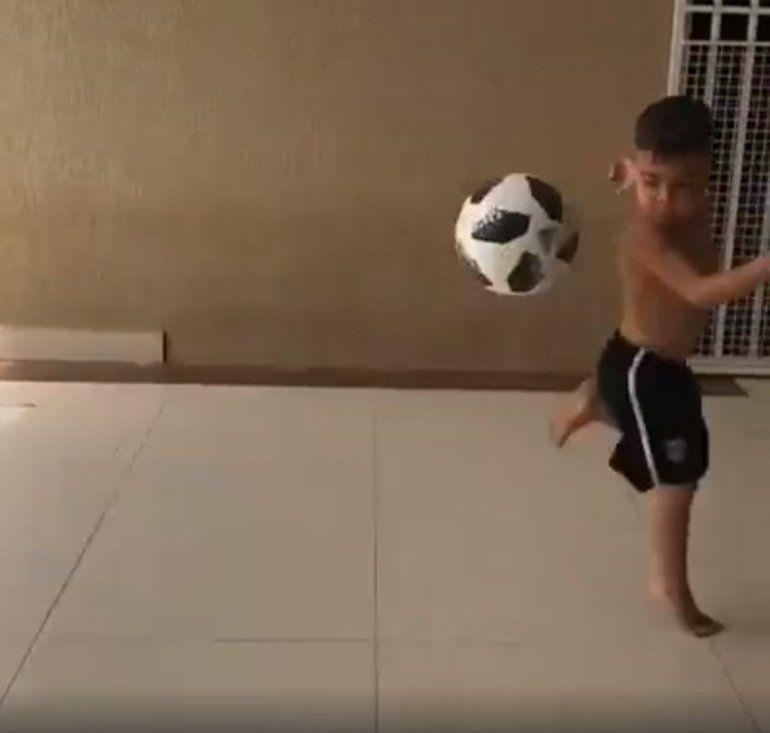 El talento futbolístico de un nene es furor en las redes sociales