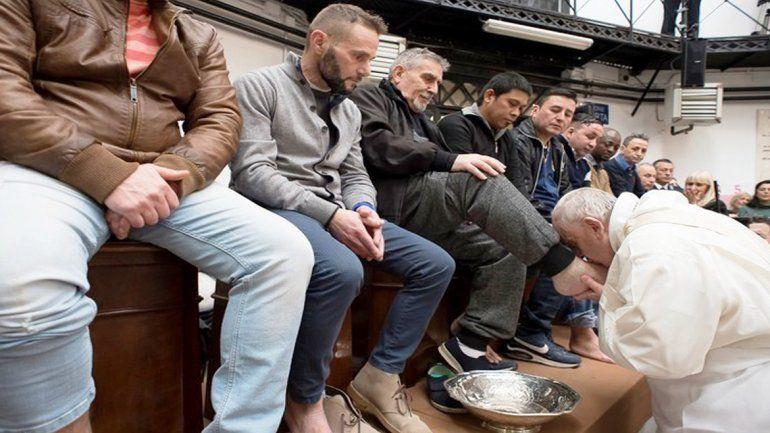 Francisco lavó los pies de 12 presos y les confesó que debe realizarse una operación