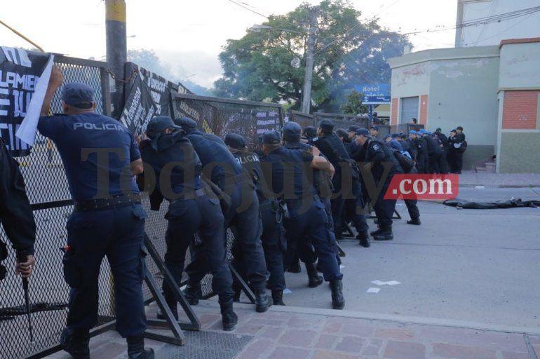 Hubo incidentes en las afueras de la Legislatura mientras Morales daba su discurso