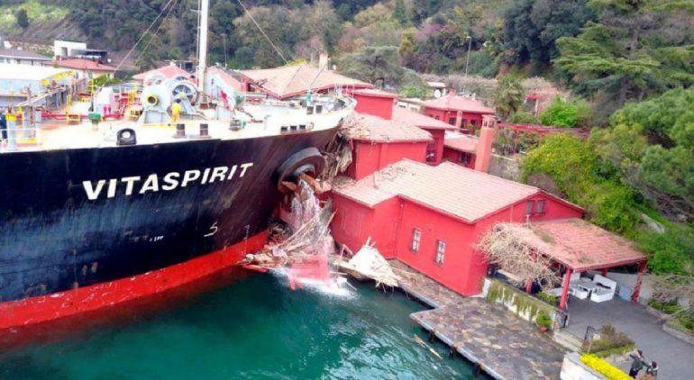 ¡Insólito! Un barco de 38 mil toneladas chocó contra un edificio de Estambul