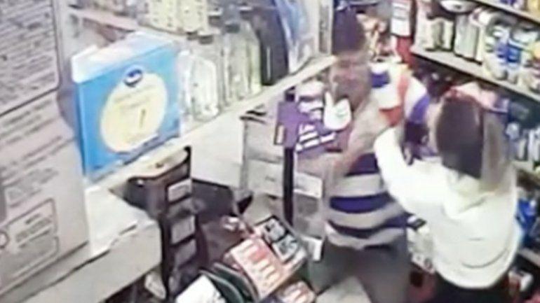 Video: brutal ataque a una empleada por no recibir un billete de 2 pesos