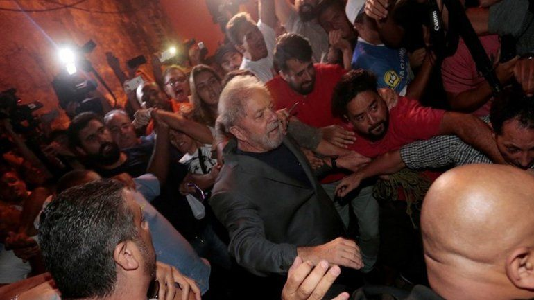 En medio de un caos, Lula da Silva se entregó a la policía y es trasladado para su detención