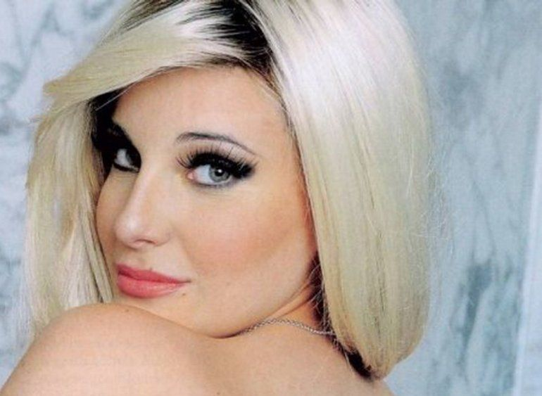 Charlotte Caniggia súper hot haciendo topless y en tanga