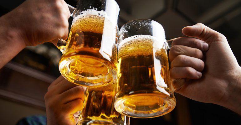 Según un estudio, beber más de cinco vasos de vino o cerveza por semana podría acortar la vida