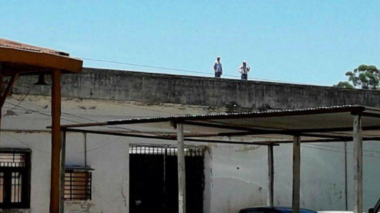 Dos presos permanecen hace días en el techo de una cárcel en Tucumán