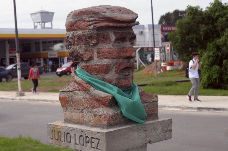 Estatuas de Alfonsín, Perón y Evita amanecieron con pañuelos a favor del aborto