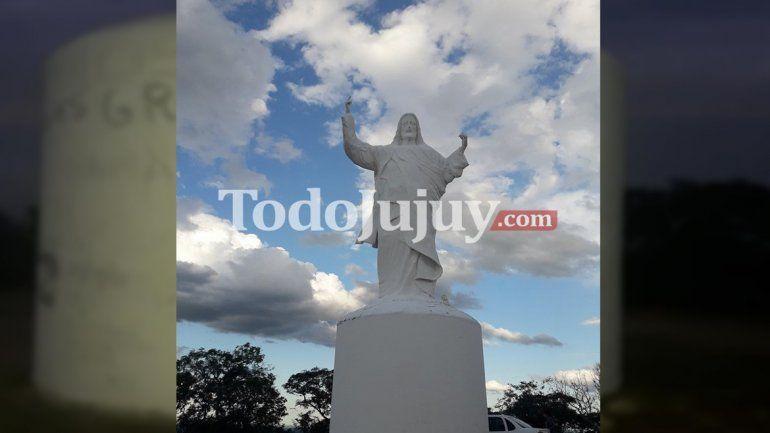 Indignación en Palma Sola: llenaron de garabatos el Cristo del pueblo