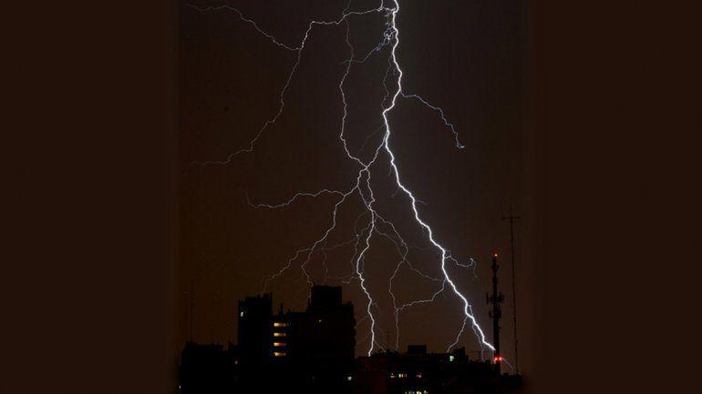 Inundaciones, caída de granizo y cortes de luz por la tormenta en Buenos Aires