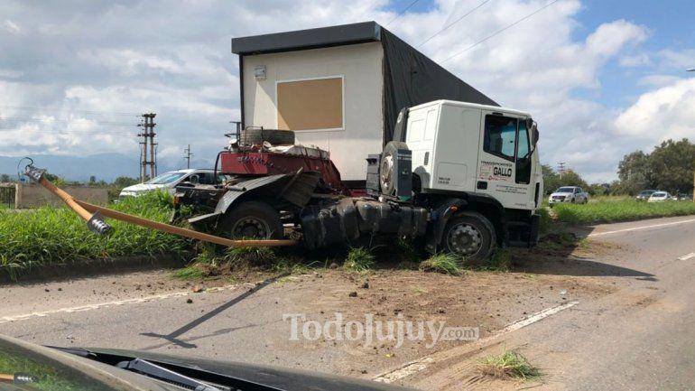 Acceso sur: chofer perdió el control de su camión y casi provoca una tragedia