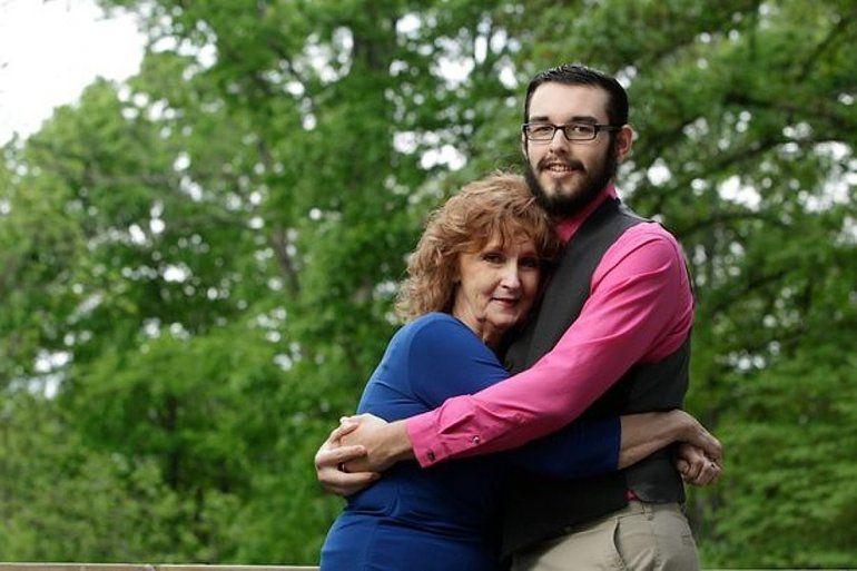 Él tiene 19, ella 72: dos semanas luego de conocerse se casaron