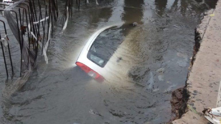 Manejaba en medio de una tormenta, cayó a un pozo y casi se ahoga