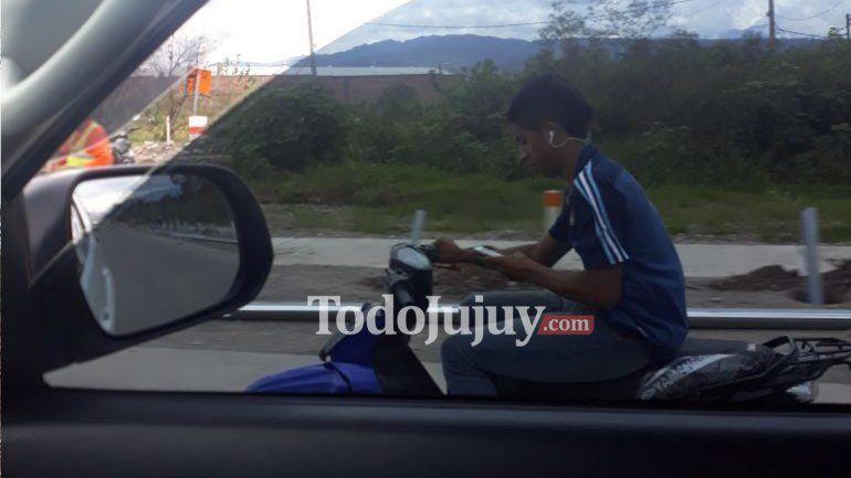 Motociclista sin casco y con celular
