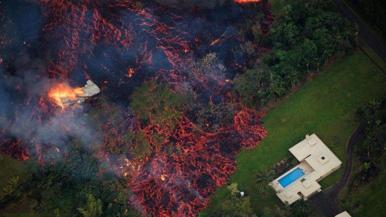 Impresionantes videos del avance lava del volcán que arraza con todo en Hawaii