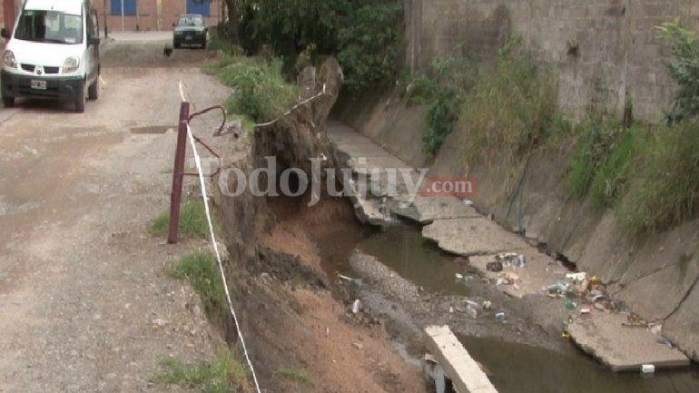 Preocupación de los vecinos del pasaje Saravia por el avance del canal sobre la calle