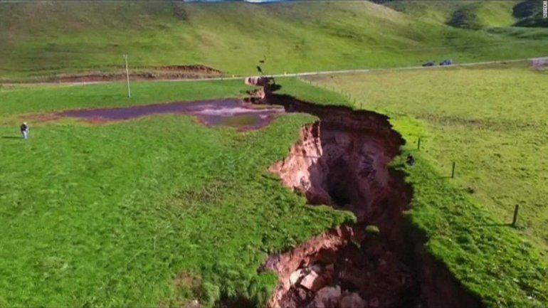 ¡Misterio en Nueva Zelanda! Se abrió una impresionante grieta en la tierra y alarma a todos