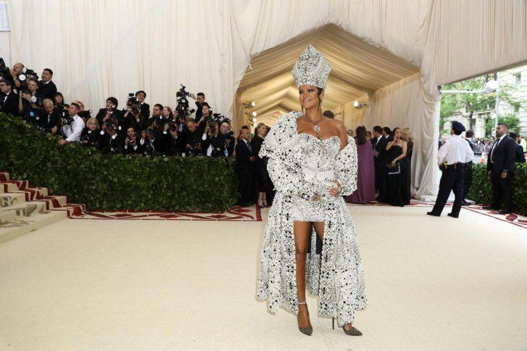 RIhanna súper polémica con su traje papal en la Met Gala neoyorquina: Mirá las imágenes