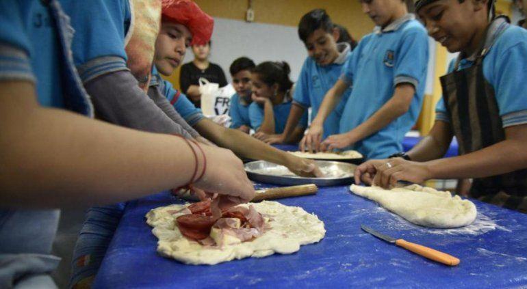 Alumnos de sexto grado venden tortillas rellenas para cumplir su sueño: conocer Jujuy
