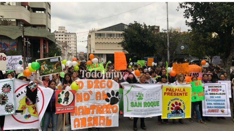 Con una gran convocatoria, se realizó el abrazo solidario en apoyo al Hogar San Roque