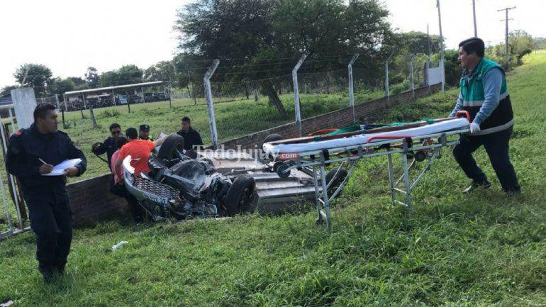 Un auto volcó en el ingreso a El Carmen: dos personas heridas