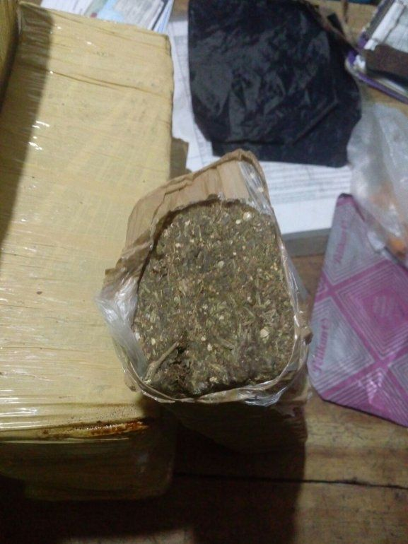 Detienen a un hombre que llevaba más de 25 kilos de droga y 4 mil pesos en el auto