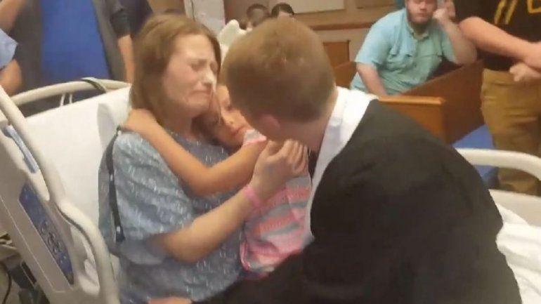 Celebró su graduación en el hospital para cumplir el deseo de su madre