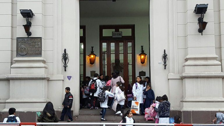 Escuela Belgrano: madres piden cerrar la institución por brote de enfermedad viral