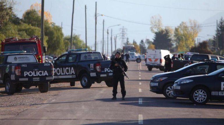 Apuñaló a una embarazada, huyó y mató a dos policías