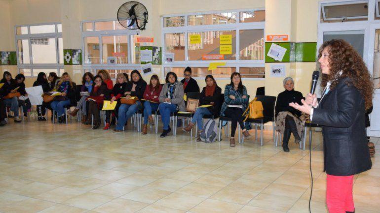 Para prevenir el embarazo adolescente: se capacita simultáneamente a docentes en cinco sedes