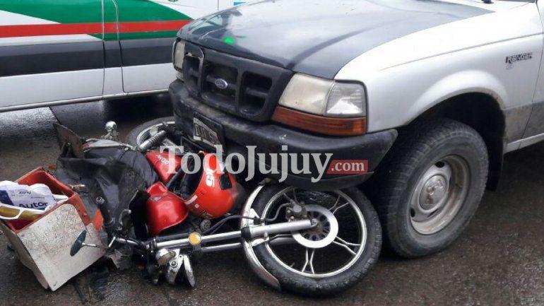 Fuerte choque entre una camioneta y una moto: un hombre resultó herido