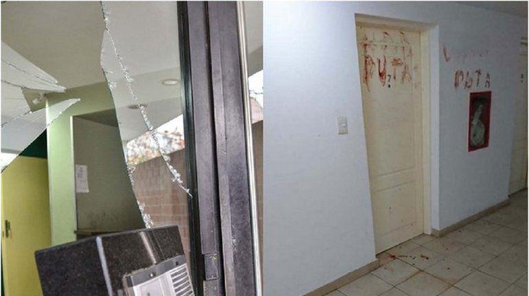 Rompió un vidrio y con su sangre escribió insultos a su novia en la puerta de su casa