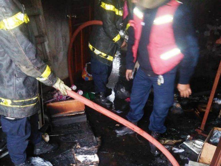 Rescatan a una pareja de abuelos tras principio de incendio de su vivienda