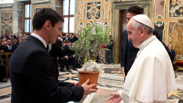 El Vaticano anunció que la Selección visitará al Papa, pero la AFA lo desmintió