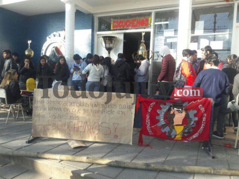 La EET de Palpalá no podría participar de la FNE 2018 y los alumnos tomaron el establecimiento