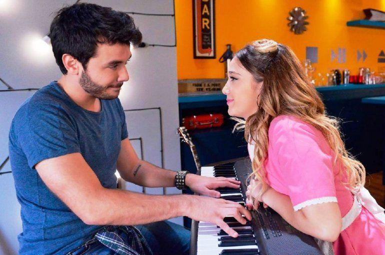 Después del beso en la ficción, Agustín Casanova se mostró con Ángela Torres