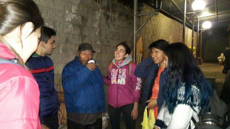 Dos amigos movilizaron a una escuela e hicieron una campaña para llevar pan y abrigo a quienes menos tienen