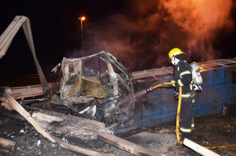 Se incendió un camión jaula con 42 animales en Santiago del Estero