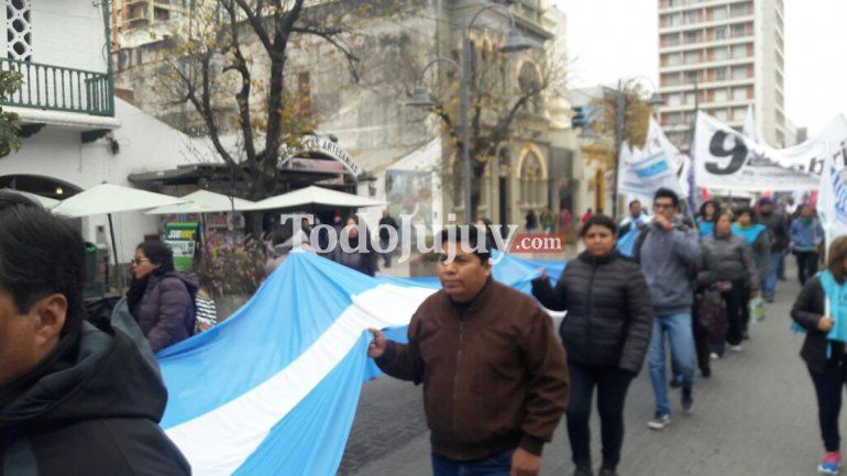 Gremios docentes y estatales marcharon por la ciudad