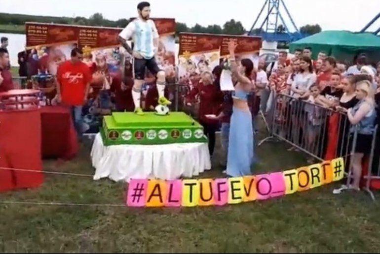 Fiestón por el cumpleaños de Lionel Messi en las afueras de la concentración argentina