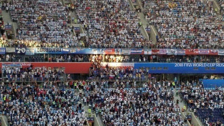 El sol sale primero para él, la foto viral de Maradona iluminado en la tribuna
