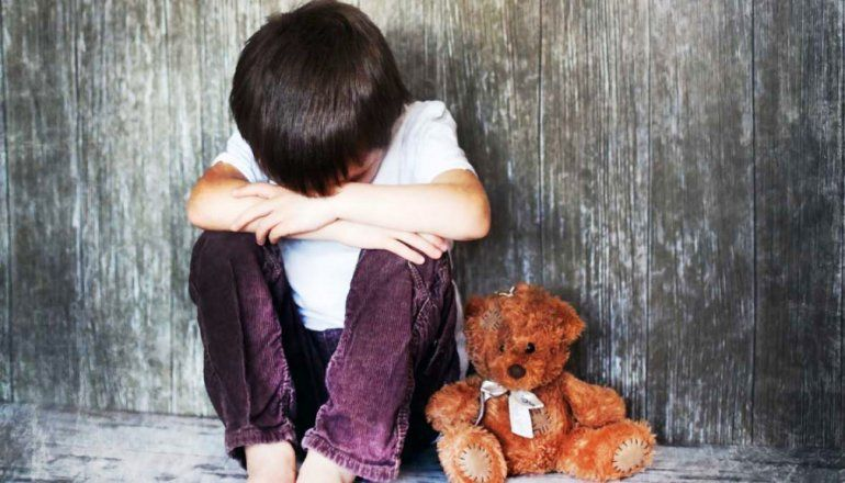 Tres niños abandonados por sus padres pedían comida en la calle