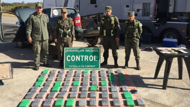 Por unos tornillos sueltos encontraron en una camioneta más de 75 kilos de cocaína