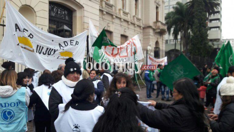 Gremios docentes marcharon y entregaron petitorio en Casa de Gobierno